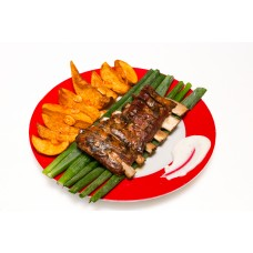 Coaste de porc marinate cu cartofi wedges si sos alb